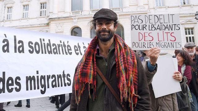 l-agriculteur-cedric-herrou-devant-le-palais-de-justice-de-nice-le-4-janvier-2017-1_5774567.jpg