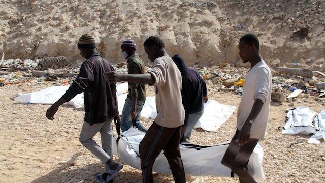 le-corps-d-un-migrant-retrouve-mort-parmi-d-autres-sur-une-plage-pres-de-zawiyah-en-libye-emmene-le-22-fevrier-2017-par-des-secouristes_5806325.jpg