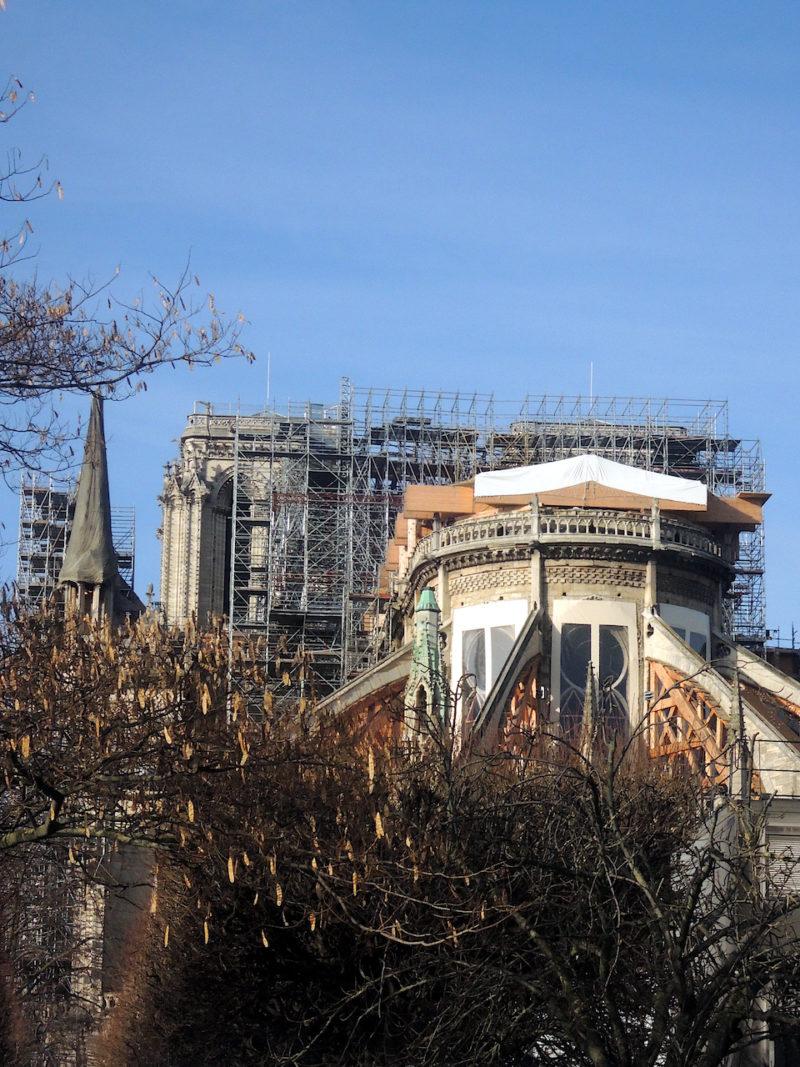 4 janvier -Arrivée à Paris en tant que jeune photographe pour la première fois en 1973, Notre Dame fait signe. Comment imaginer le centre de Paris sans la flèche de Viollet le Duc